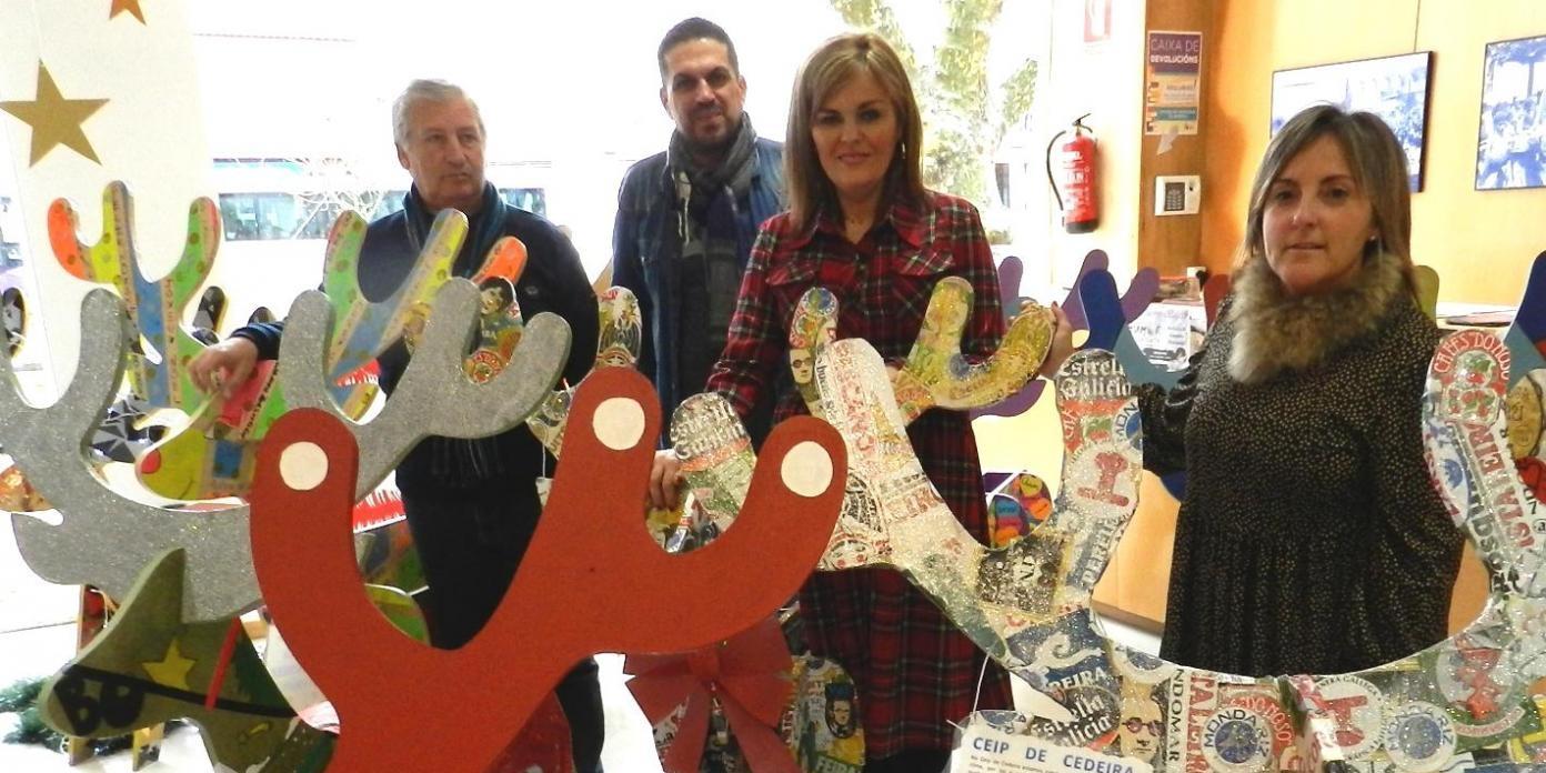 Renos decorados por el alumnados de los centros educativos de Redondela para decorar la Navidad.